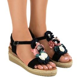 Czarne sandały na koturnie z kwiatkami 218-168