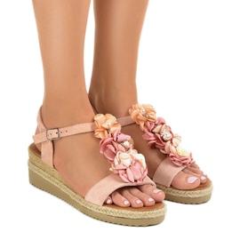 Różowe sandały na koturnie z kwiatkami 218-168