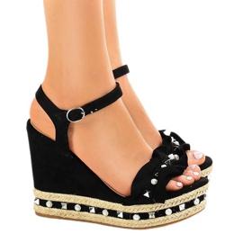 Czarne sandały na koturnie perełki 2445