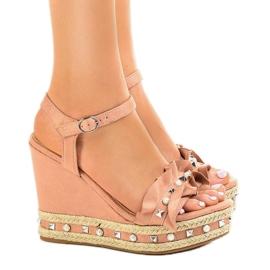 Różowe sandały na koturnie perełki 2445