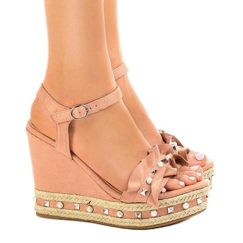 948a88ab4f03a4 Różowe sandały na koturnie perełki 2445 - ButyModne.pl