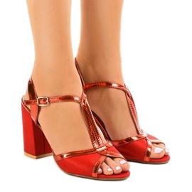 Czerwone sandały na słupku zamszowe WED503