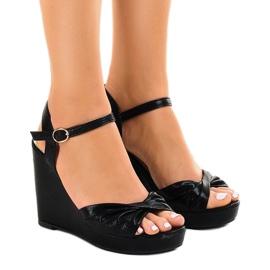 Czarne sandały na koturnie błyszczące JM-M215M