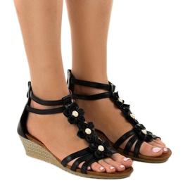 Czarne sandały na koturnie B125