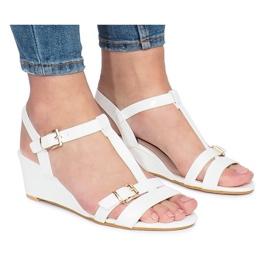 Białe lakierowane sandały na koturnie 668-1