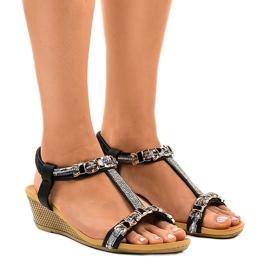 Czarne sandały na koturnie z ćwiekami 9-59