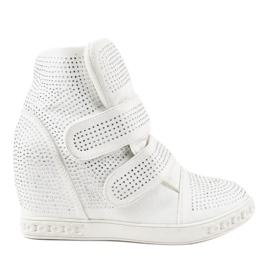 Białe sneakersy na koturnie z ćwiekami KLS-112-3
