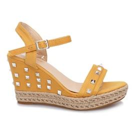 Żółte sandały na koturnie z ćwiekami Khloe