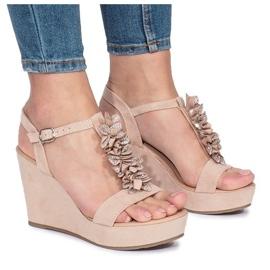 Różowe sandały na koturnie Liris
