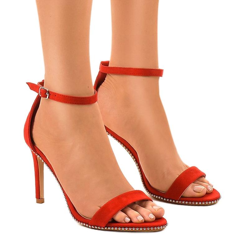 Czerwone sandały na szpilce z ćwiekami 77-93
