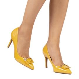 Żółte lakierowane szpilki z klamrą FM3002