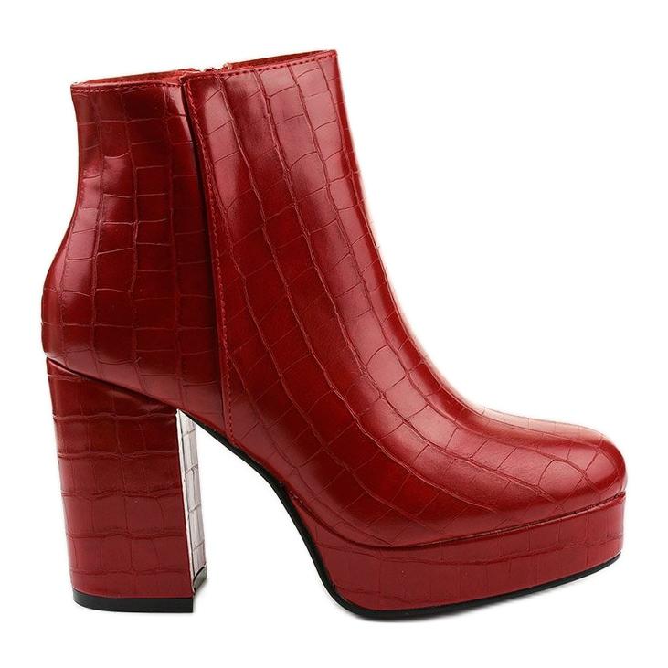 Czerwone botki na słupku Usinaya