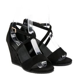 Czarne zamszowe sandały 4