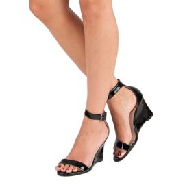 Lakierowane sandałki na koturnie czarne 2