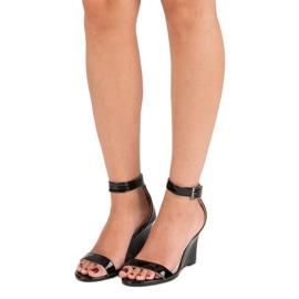 Lakierowane sandałki na koturnie czarne 1