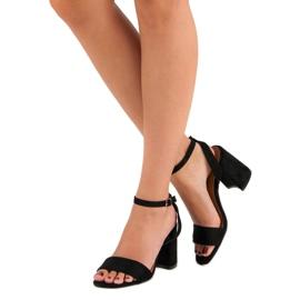 Czarne zamszowe sandały 2