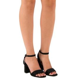 Czarne zamszowe sandały 1