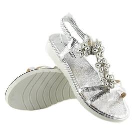 Wygodne sandałki z kwiatuszkami srebrne 127-58 Silver szare 2