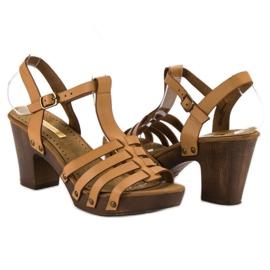 Corina Lekkie sandały na słupku brązowe 6