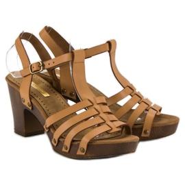 Corina Lekkie sandały na słupku brązowe 1