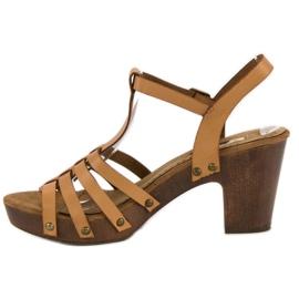 Corina Lekkie sandały na słupku brązowe 5