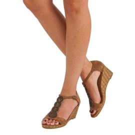Corina Ozdobne sandały na koturnie brązowe 3