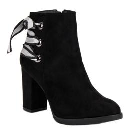 Ideal Shoes Modne botki na słupku czarne 3