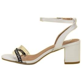 Ideal Shoes Stylowe Zamszowe Sandałki białe 4