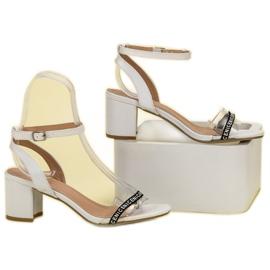Ideal Shoes Stylowe Zamszowe Sandałki białe 5