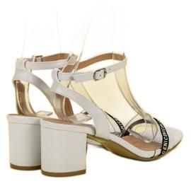 Ideal Shoes Stylowe Zamszowe Sandałki białe 6