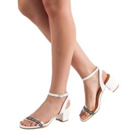 Ideal Shoes Stylowe Zamszowe Sandałki białe 2