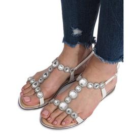 Białe płaskie sandały z diamentami Indulge 6