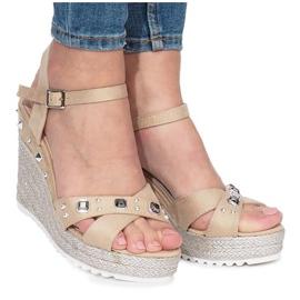 Beżowe sandały na koturnie Suppra brązowe 2