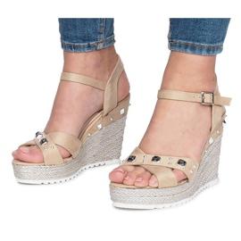 Beżowe sandały na koturnie Suppra brązowe 3