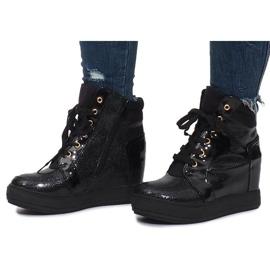 Czarne lakierowane sneakersy na koturnie Snake 2