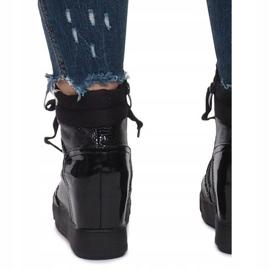 Czarne lakierowane sneakersy na koturnie Snake 4