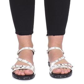 Białe płaskie sandały z ćwiekami Abloom 1