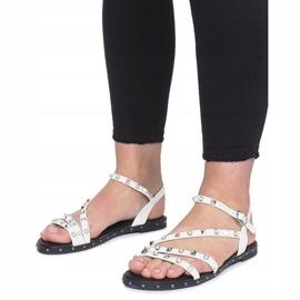 Białe płaskie sandały z ćwiekami Abloom 4
