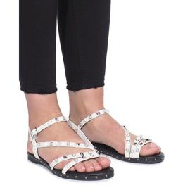 Białe płaskie sandały z ćwiekami Abloom 2