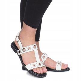 Białe płaskie sandały z ćwiekami Saint 1