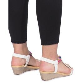 Białe sandały na delikatnej koturnie Ruixin 3