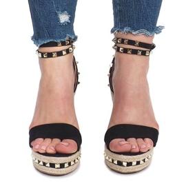 Czarne sandały na koturnie z ćwiekami Lov'it 1