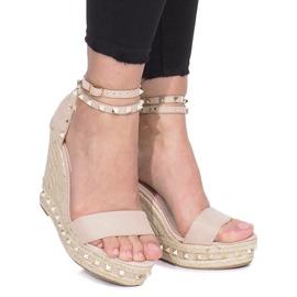 Beżowe sandały na koturnie z ćwiekami Lov'it brązowe 1
