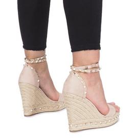 Beżowe sandały na koturnie z ćwiekami Lov'it brązowe 3