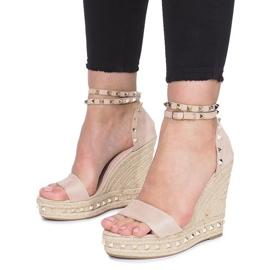 Beżowe sandały na koturnie z ćwiekami Lov'it brązowe 4