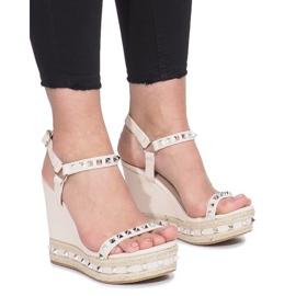 Beżowe sandały na koturnie z ćwiekami Cubano brązowe 1