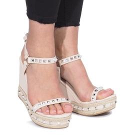 Beżowe sandały na koturnie z ćwiekami Cubano brązowe 2