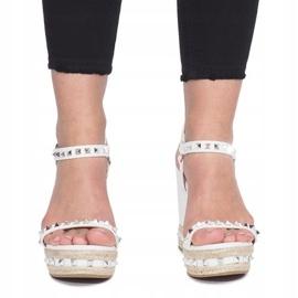 Białe sandały na koturnie z ćwiekami Cubano 1