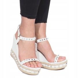 Białe sandały na koturnie z ćwiekami Cubano 2