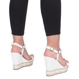 Białe sandały na koturnie z ćwiekami Cubano 3